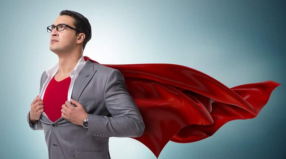 גבר עם משקפיים וגלימה עושה תנועה של סופרמן