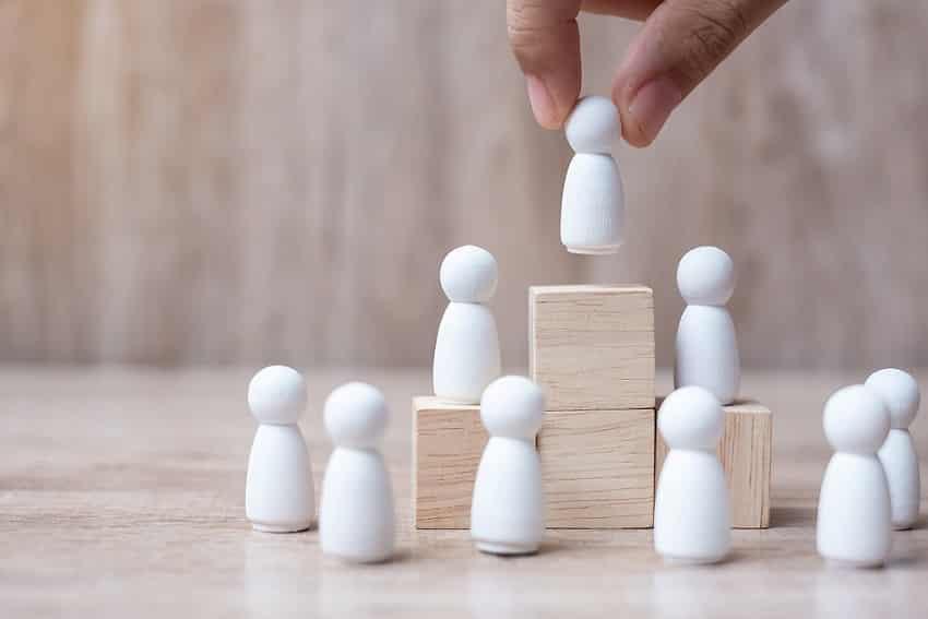 יד משחקת עם כלי שחמט של חיל רגלים
