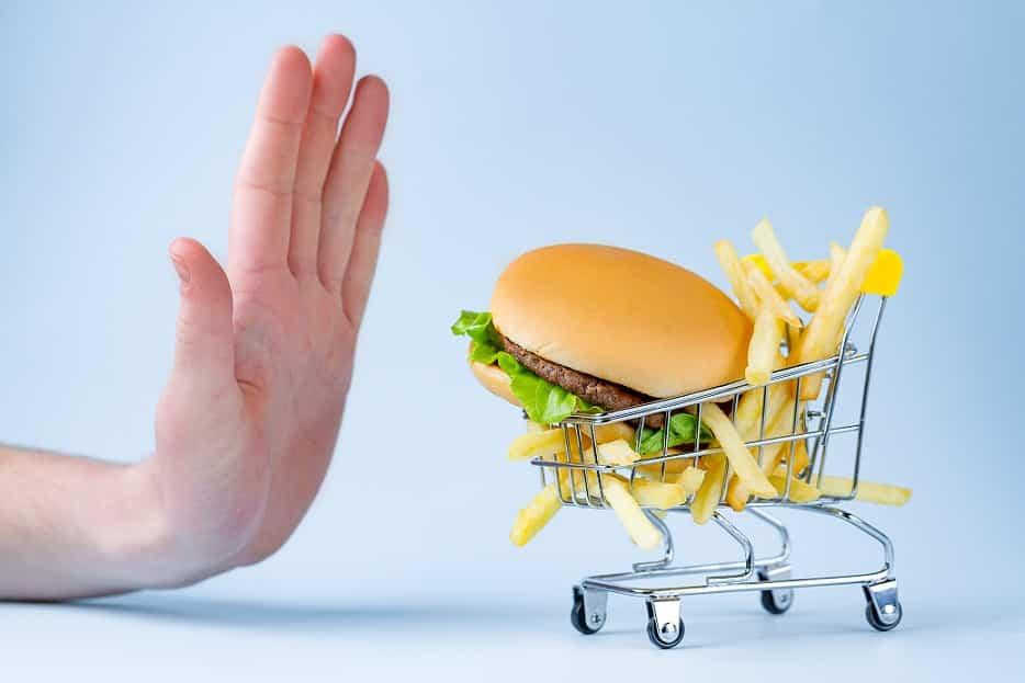 יד שאומרת לא למזון מעובד של המבורגר וצ'יפס