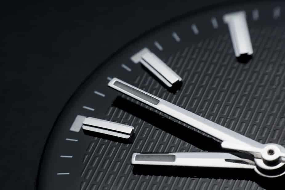 שעון טכנולוגי על רקע שחור