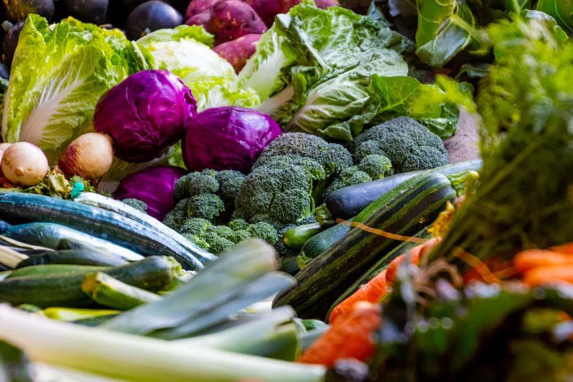 אוסף של המון ירקות מסוגים שונים ובצבעים שונים