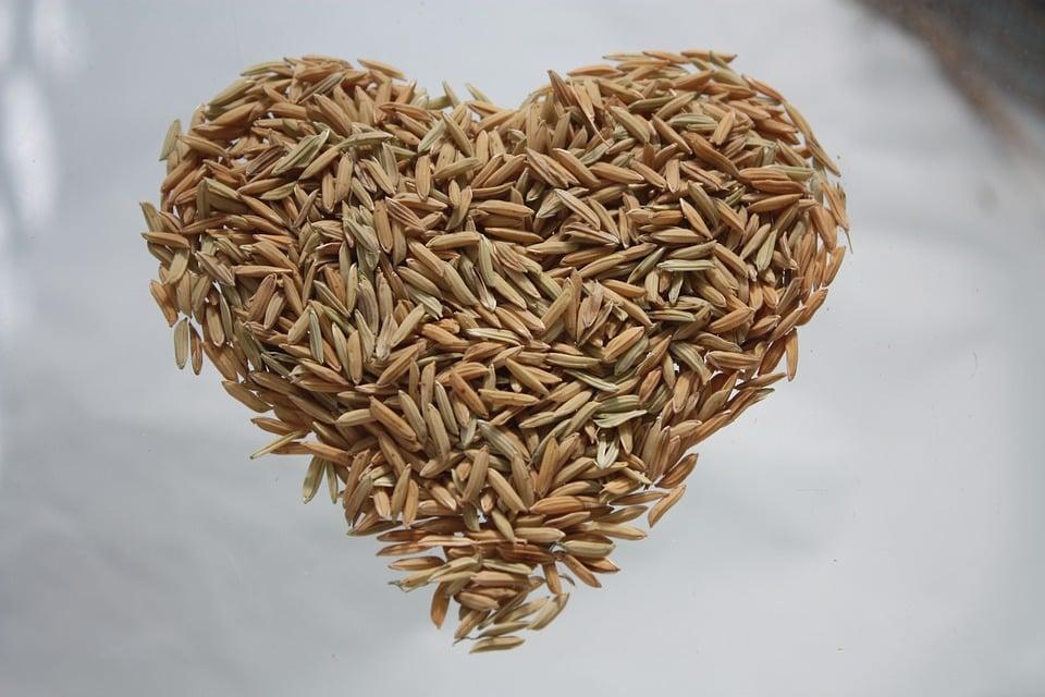 אורז חום מסודר בצורה של לב