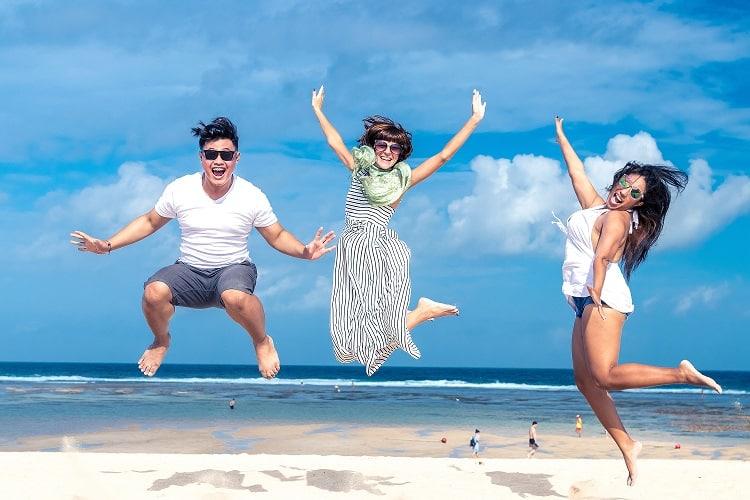 אנשים שמחים קופצים על רקע של הים