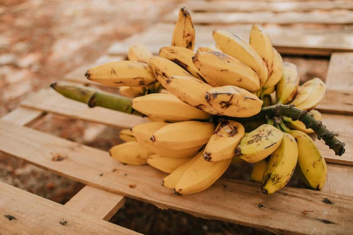 אשכול בננות על שולחן מעץ