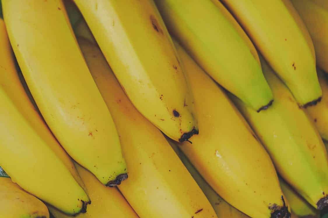 אשכול של בננות צהובות