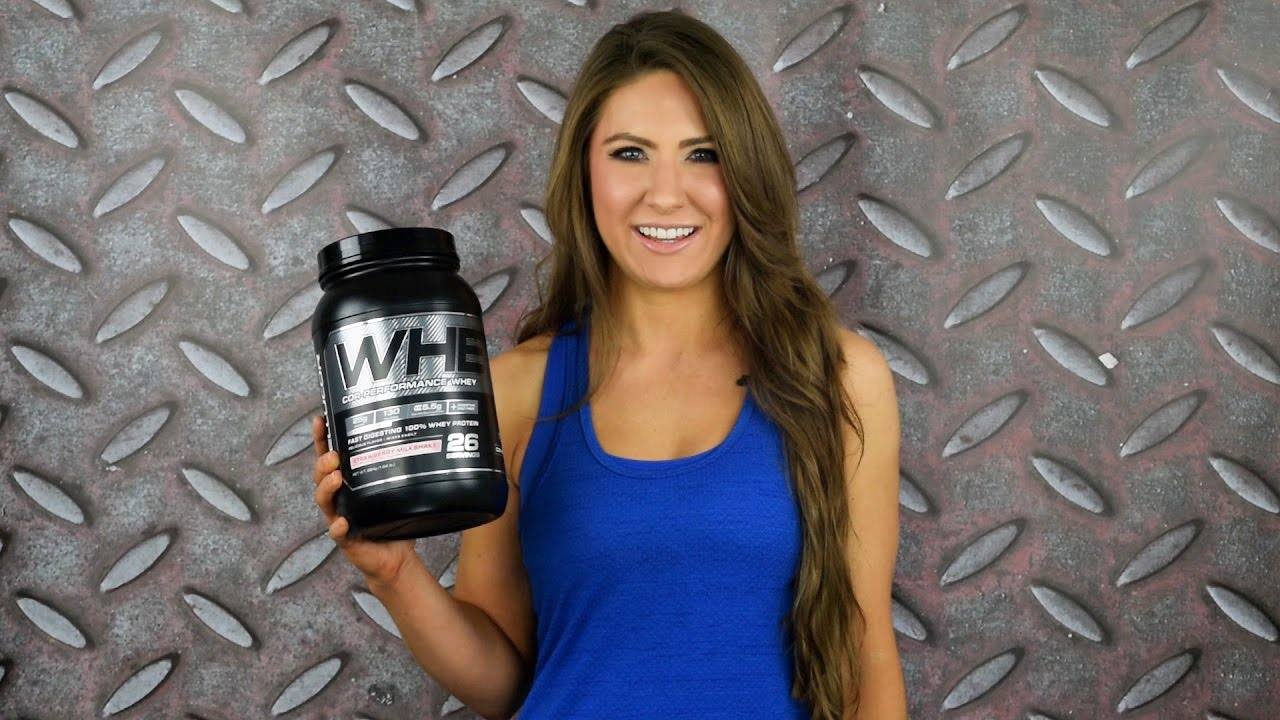 בחורה מחזיקה אבקת חלבון Cellucor COR-Performance