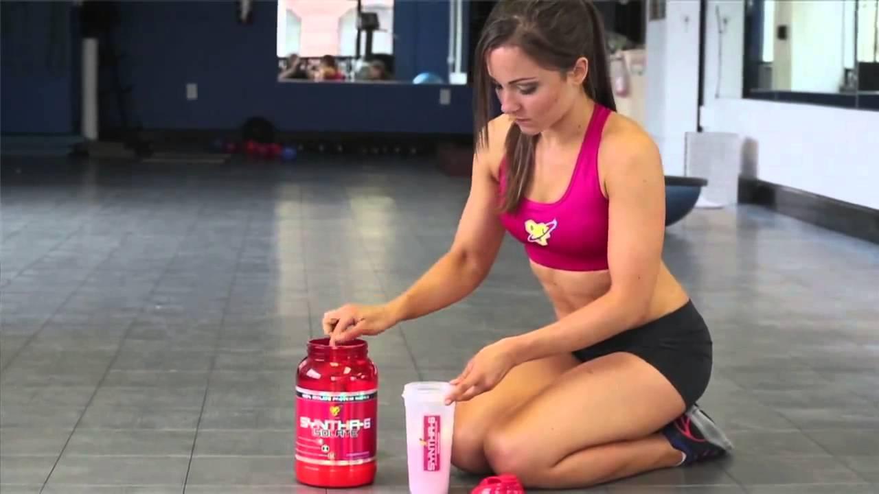 בחורה ספורטאית מכינה שייק חלבון עם Syntha 6