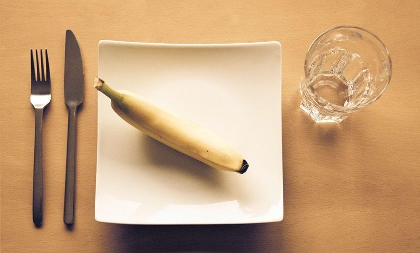בננה בצלחת עם סכין ומזלג