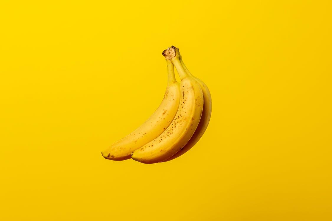 בננה על רקע צהוב