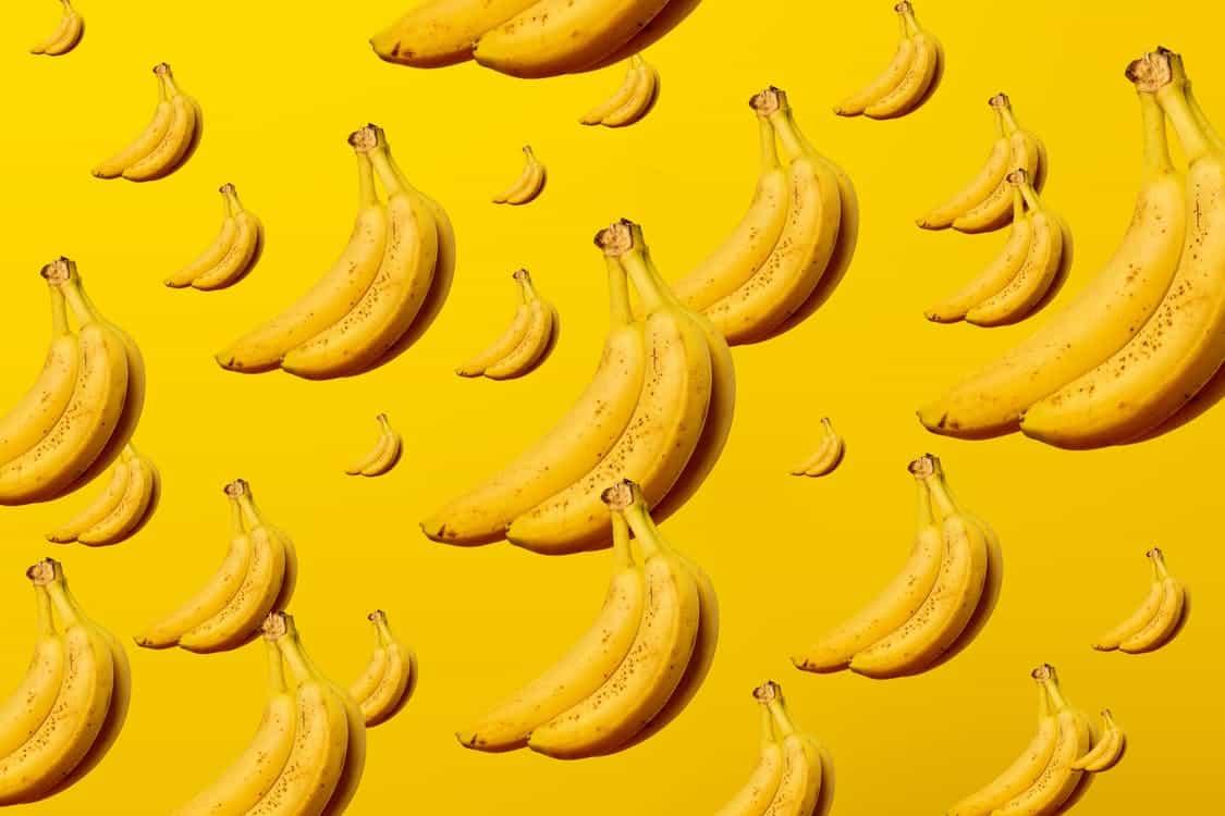 הרבה בננות צהובות על רקע צהוב