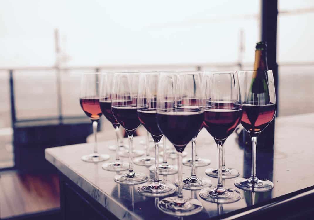 כוסות יין אדום מסודרות אחת ליד השניה