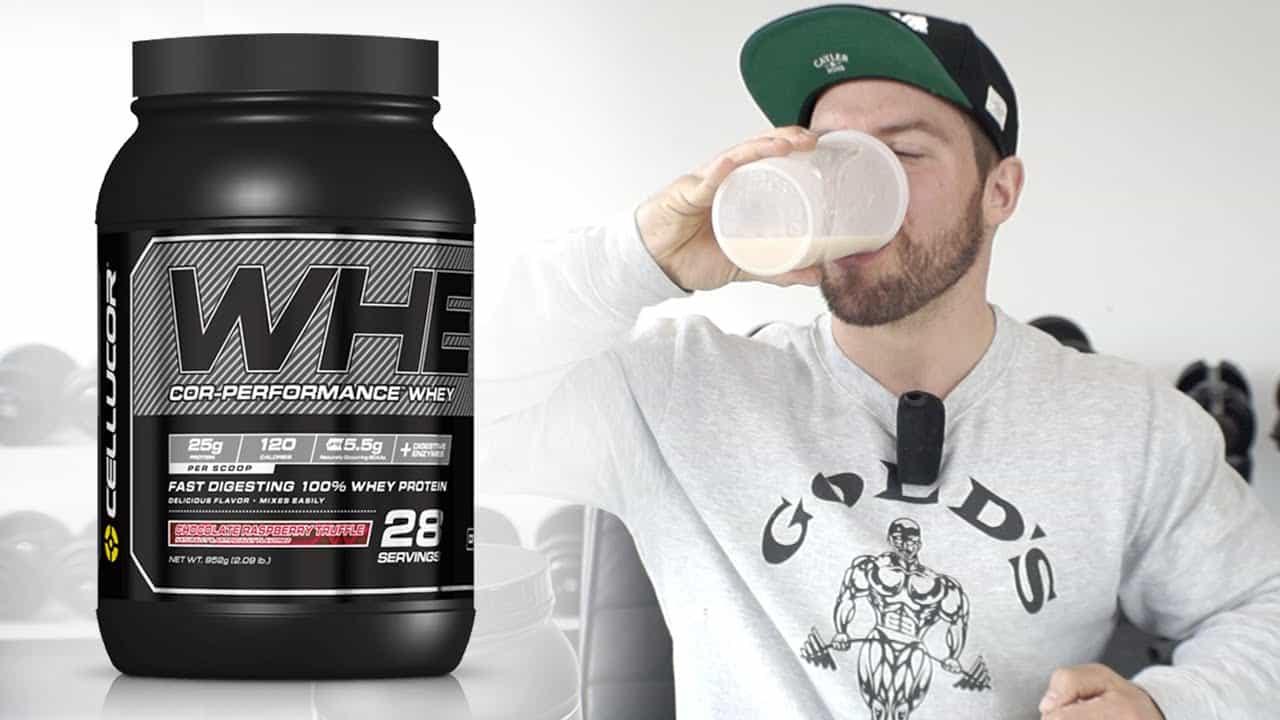 תמונה של בחור שותה שייק מצד ימין ואבקת חלבון מצד שמאל