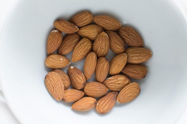 אגוזי שקדים בתוך צלחת לבנה