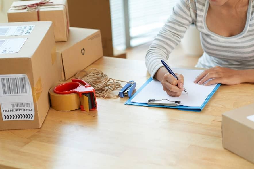 אישה עושה רשימה של דברים שונים אילוסטרציה לבחירה של מוצרים