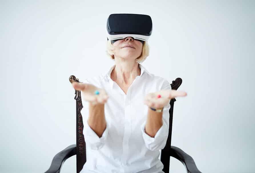 אישה עם משקפי מציאות מדומה מחזיקה שני טבליות בידיים אילוסטרציה של בחירה