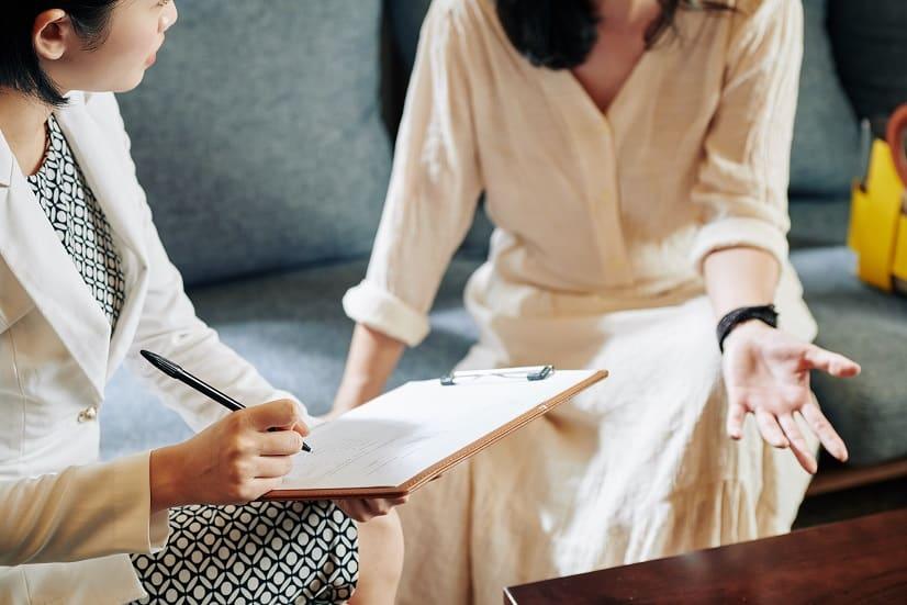 אישה שואלת את חברה שלה שאלות על נושאים שונים וחברה שלה עונה לה