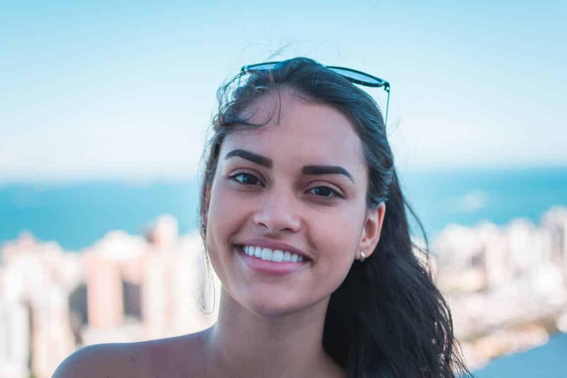 בחורה עומדת על רקע של ים ושמיים כחולים