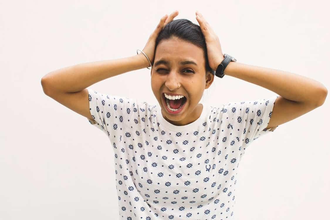 בחורה צעירה עם חולצה לבנה מנוקדת מדמה תופעות לוואי