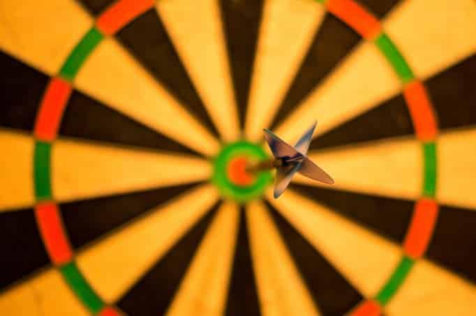 לוח דארטס עם חץ בתור אילוסטרציה להצבת מטרות