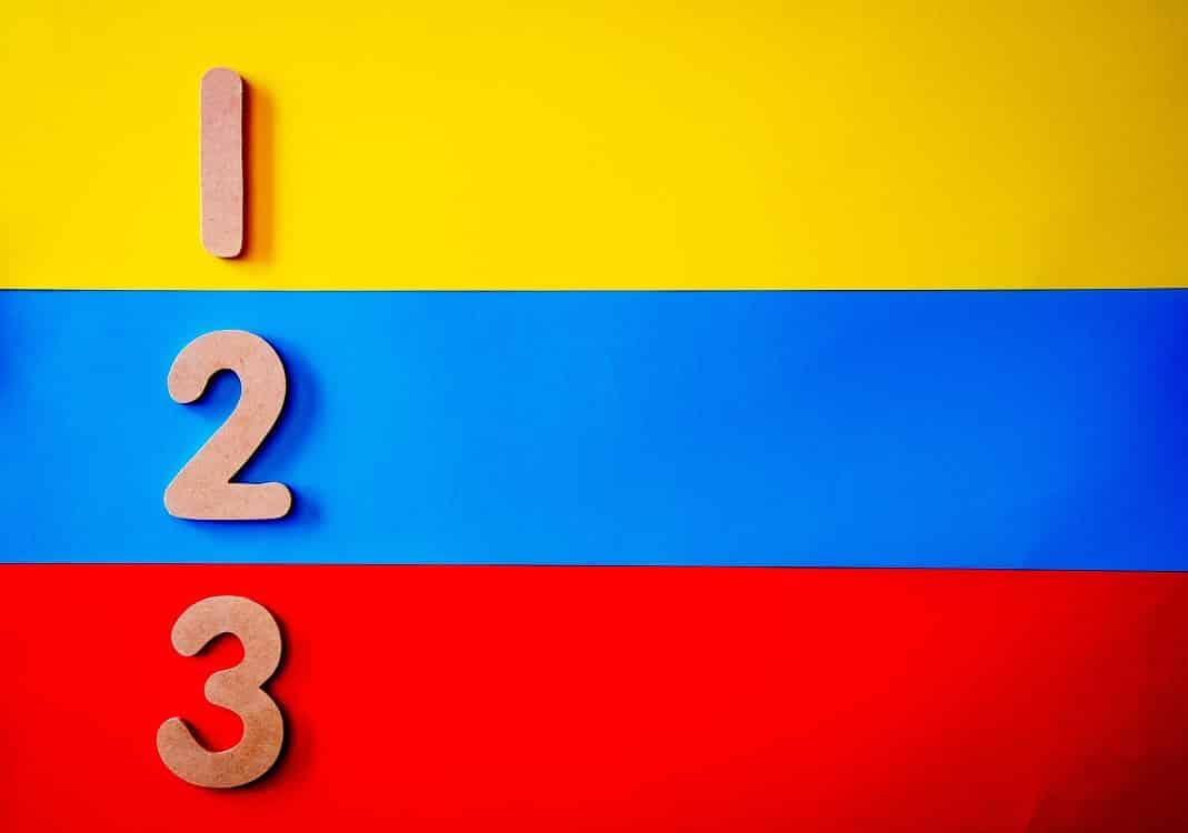 מספרים על רקע צהוב כחול ואדום