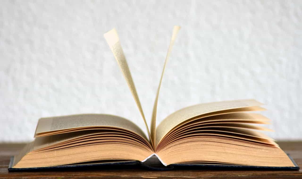 ספר פתוח באמצע על שולחן
