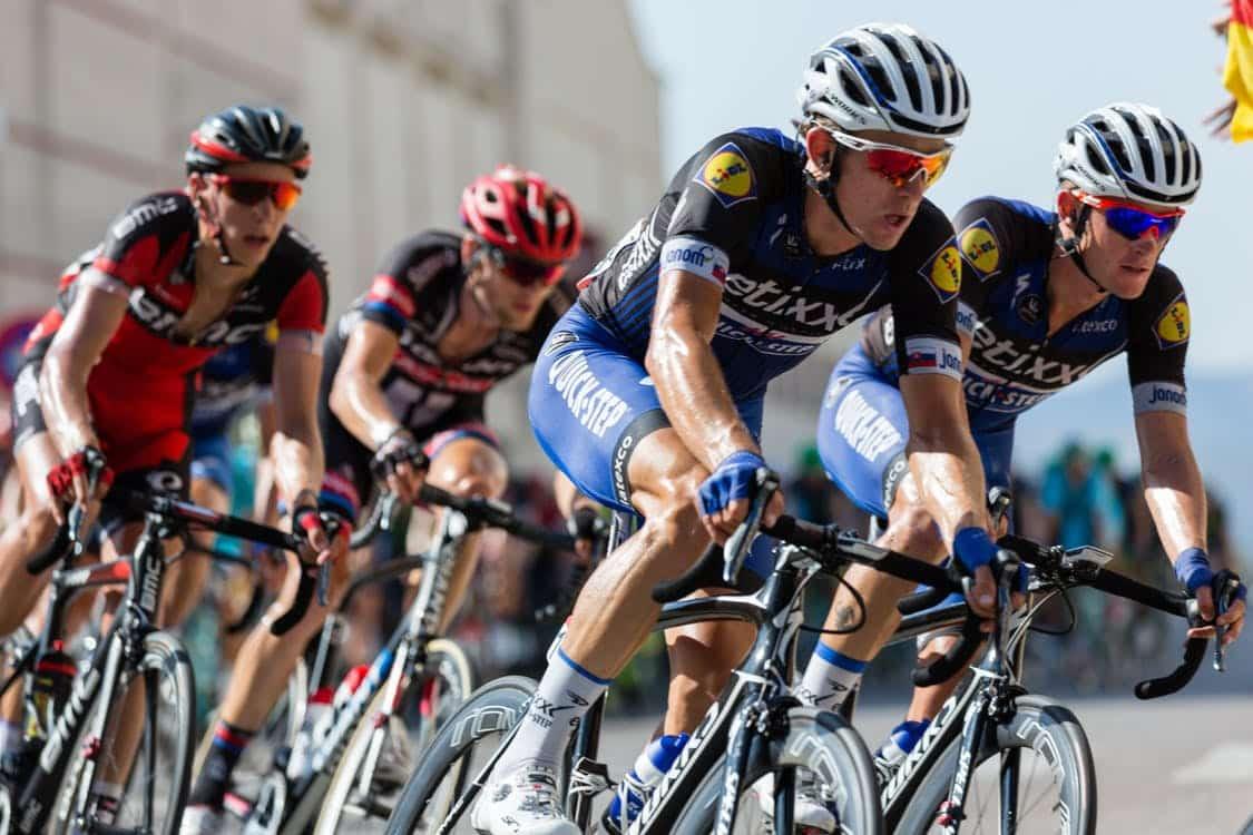 רוכבי אופניים באמצע תחרות מבצעים פניה חדה