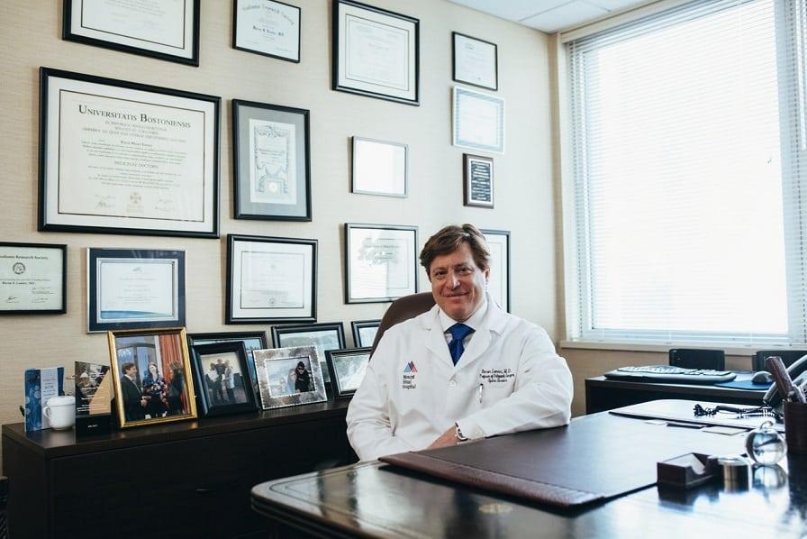 רופא שמחכה למטופלים בקליניקה שלו