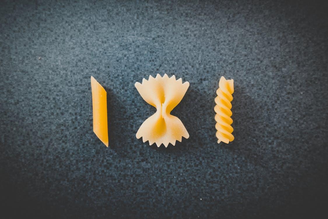 3 סוגים שונים של פסטה על שולחן שחור