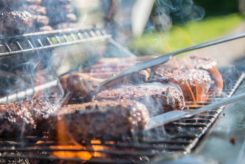 בשר בקר שנצלה על האש בגריל חזק בחוץ לאור יום