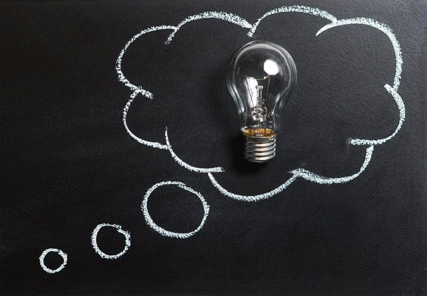מנורה חשמלית על רקע שחור עם בועה לבנה בגיר מצויינת מסביבה