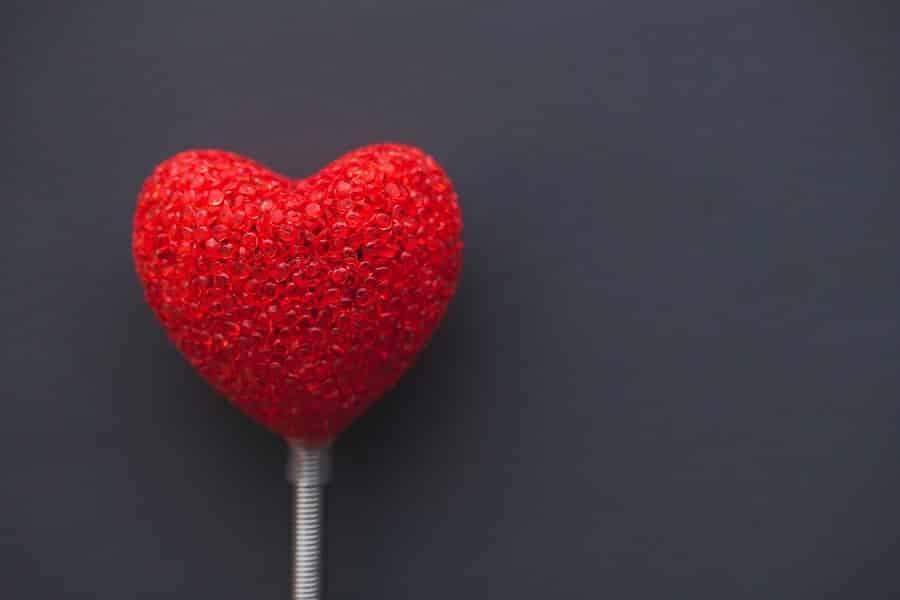 סוכריה על מקל בצורת לב עשוייה מניטים אדומים
