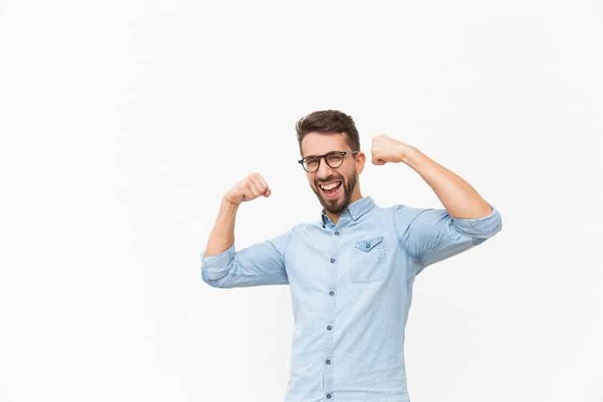בחור עם חולצה ארוכה עושה שרירים עם הידיים למצלמה