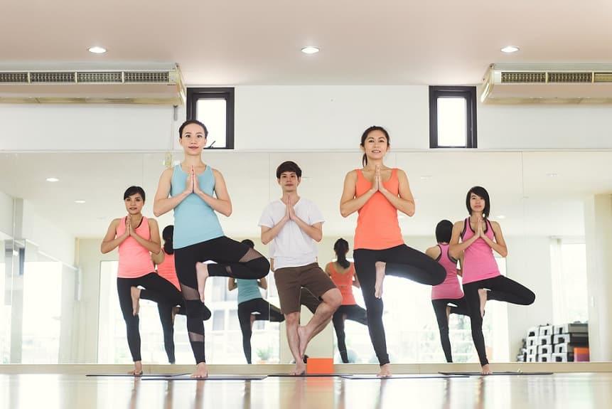 קבוצת יוגה של נשים עושה אימון בחדר כושר