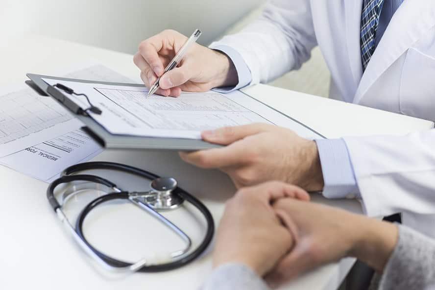 רופא מראה למטופל שלו את רשימה של תוצאות האבחון