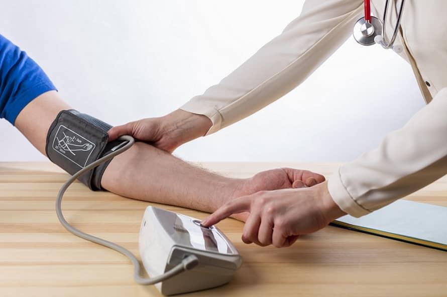 רופא עושה בדיקת דם למטופל שלו עם מכשור מיוחד