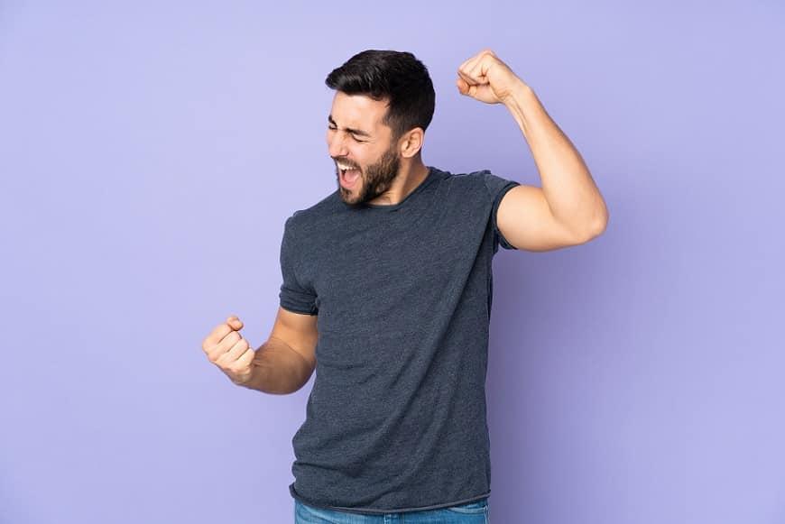 בחור צעיר עושה תנועה עם הידיים שמראה על שמחה