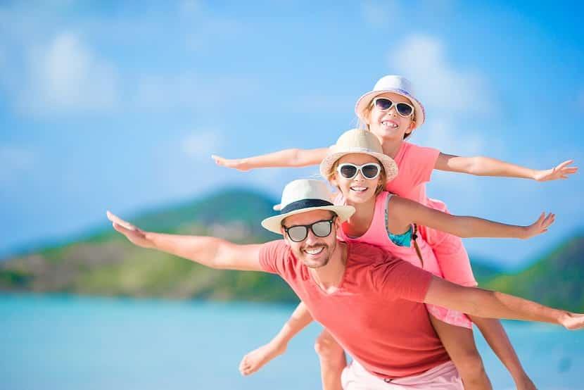 משפחה מבלה על חוף הים ועושה פוזות של מטוס למצלמה