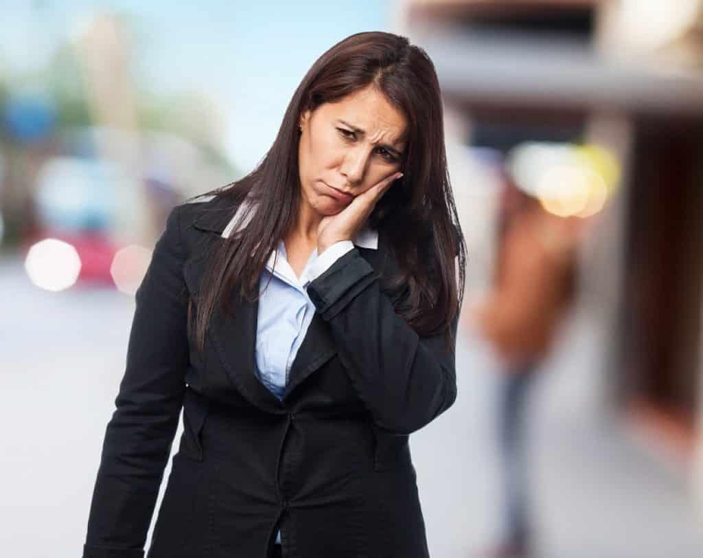אישה בבגדי עסקים סובלת מחלת הפה והגפיים