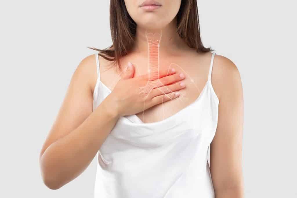 אישה עם סטרידור מתקשה לנשום