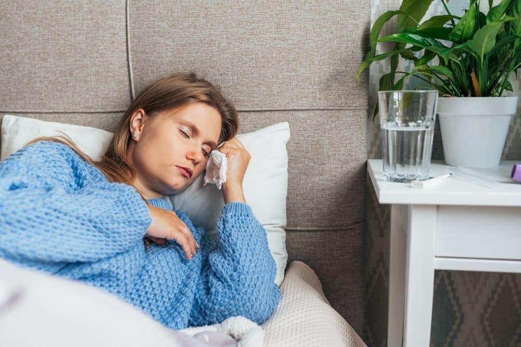בחורה צעירה עם כאב ראש בגלל סינוסטיס