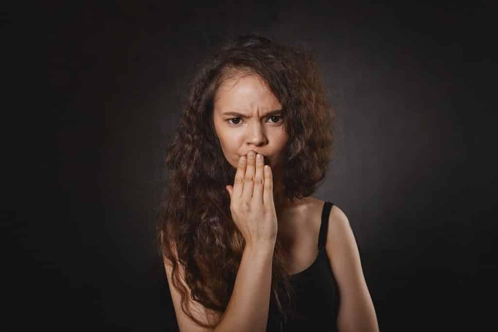 ילדה סובלת מכאבים בגלל מחלת הפה והגפיים