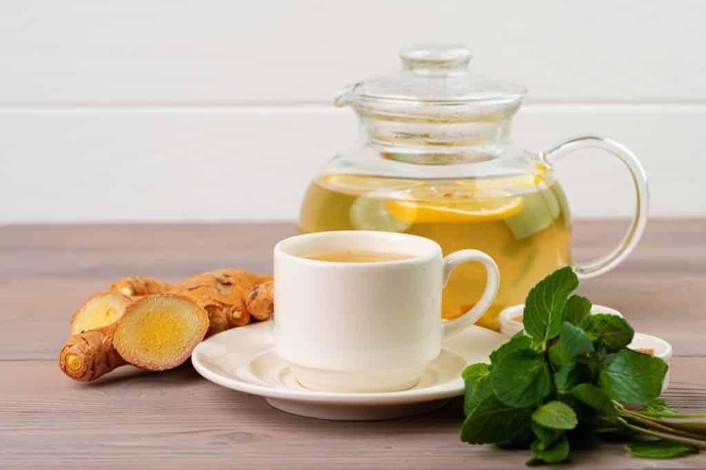 כוס תה עם ג'ינג'ר ומנטה להקלה על כאבים