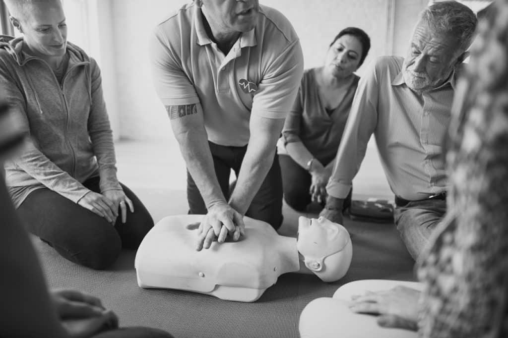 תרגול החייאה בקורס עזרה ראשונה