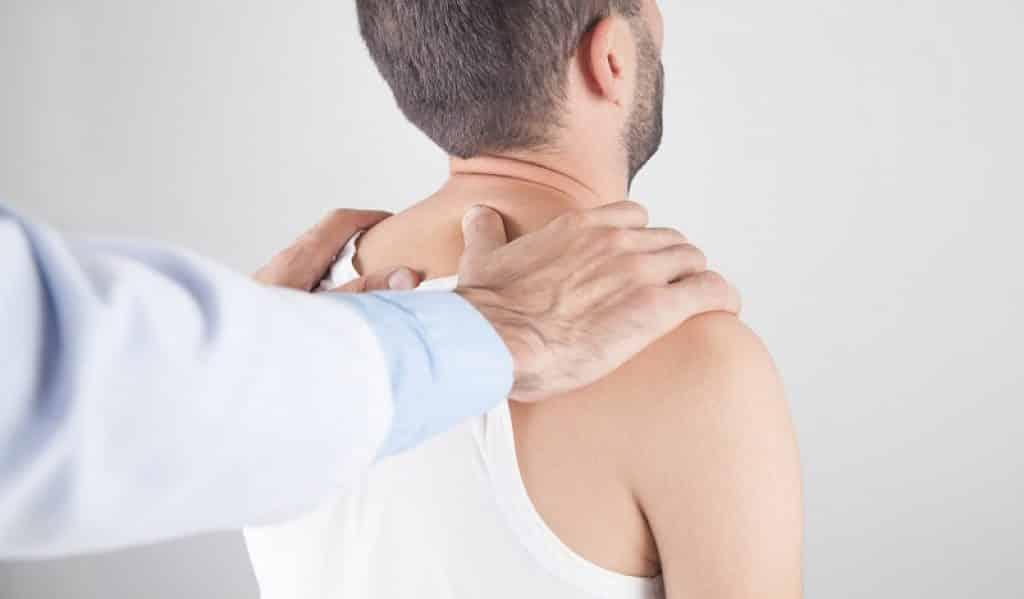 ידיים של גבר מונחות על כתפיים של גבר אחר לקראת עיסוי